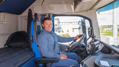Powder-Trans Ab Oy:n toimitusjohtaja Fredrik Blomqvist toteaa tekniikan kehittyneen uusissa Volvoissa melkoisesti ja odottaa uuden auton tuovan myös luvattuja polttoainesäästöjä.