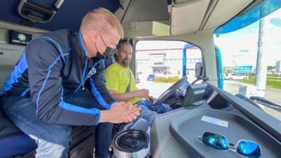 Volvon kuljettajakouluttaja Timo Mäkelä kertoo Volvon uusista ominaisuuksista käytännönläheisesti ja pyrkii selkeyttämään miksi kuorma-auto toimii tietyllä tavalla tietyissä tilanteissa.