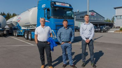 Powder-Transin uusin Volvo on uuden sukupolven Volvo FH 500 I-Save 6x4 vetoauto. Kuvassa vasemmalta luovutus- ja koulutustilaisuudessa mukana olleet Volvo Trucks -myyjä Jouni Nurmi, Powder-Transin toimitusjohtaja Fredrik Blomqvist ja Volvo Trucks Suomen Länsi-Suomen alueen aluejohtaja Veli Pusa.