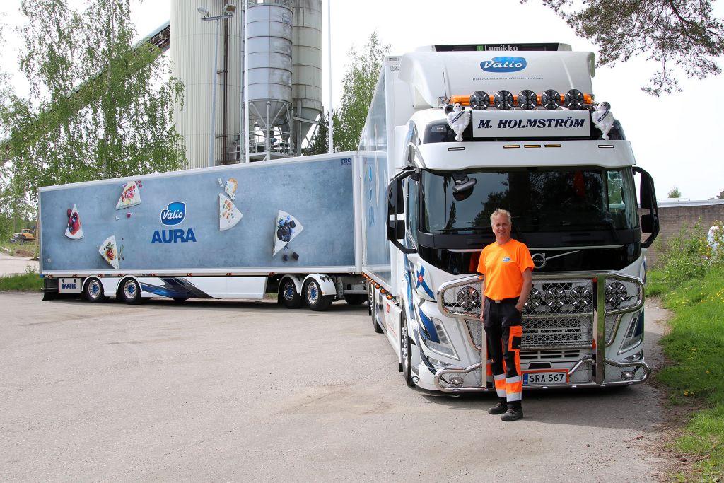 Yrittäjä Matts Holmström uuden FM:n vierellä: - Auto on jopa parempi kuin mitä odotin. Nyt tuntuu erittäin hyvältä!