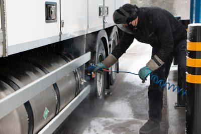 Nesteytetyn kaasun tankkaaminen edellyttää hieman enemmän huolellisuutta kuin dieselin tankkaaminen. Tankkausliittimen puhdistus on tärkeää ja se onnistuu helposti paineilmalla.