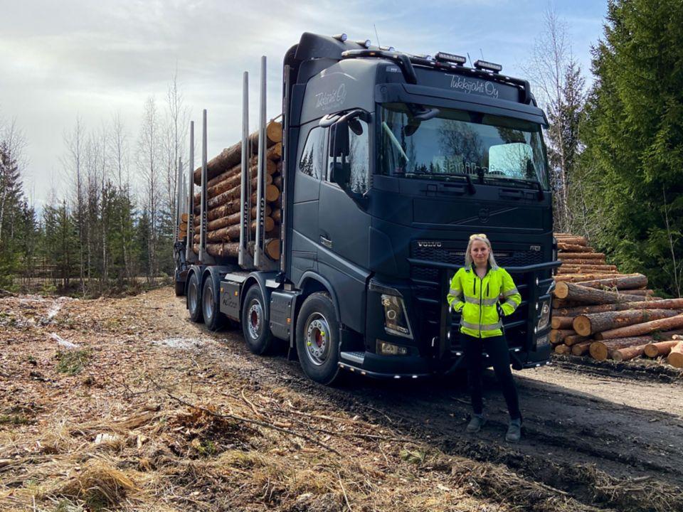 Kuljetusyrittäjä Jonna Matikaisen kuorma-autona on mattamusta Volvo FH16.