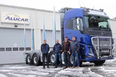 Pertti Kanasen uuden Volvo FH16:n vierellä Alucarin toimitusjohtaja Anssi Alasaari, Alucarin kotimaan myynnin Julius Närvä, itse auton ylpeä omistaja Pertti Kananen ja Volvon kuorma-automyyjä Reijo Holopainen.