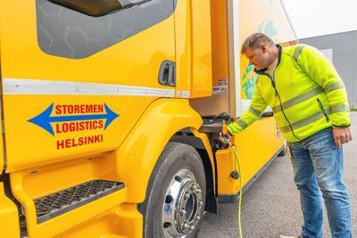 Storemen Logistics Oy Jari Jokinen lataamassa Volvo sähkökuorma-autoa