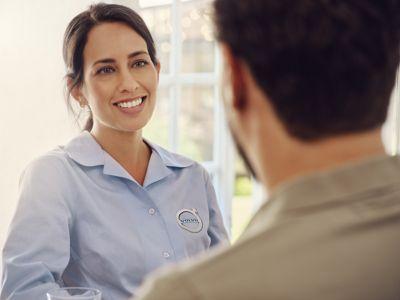 Twee mensen staan te praten