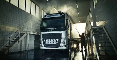 Een truck die met hoge druk wordt gereinigd