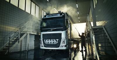 Egy teherautó nagy nyomású mosása