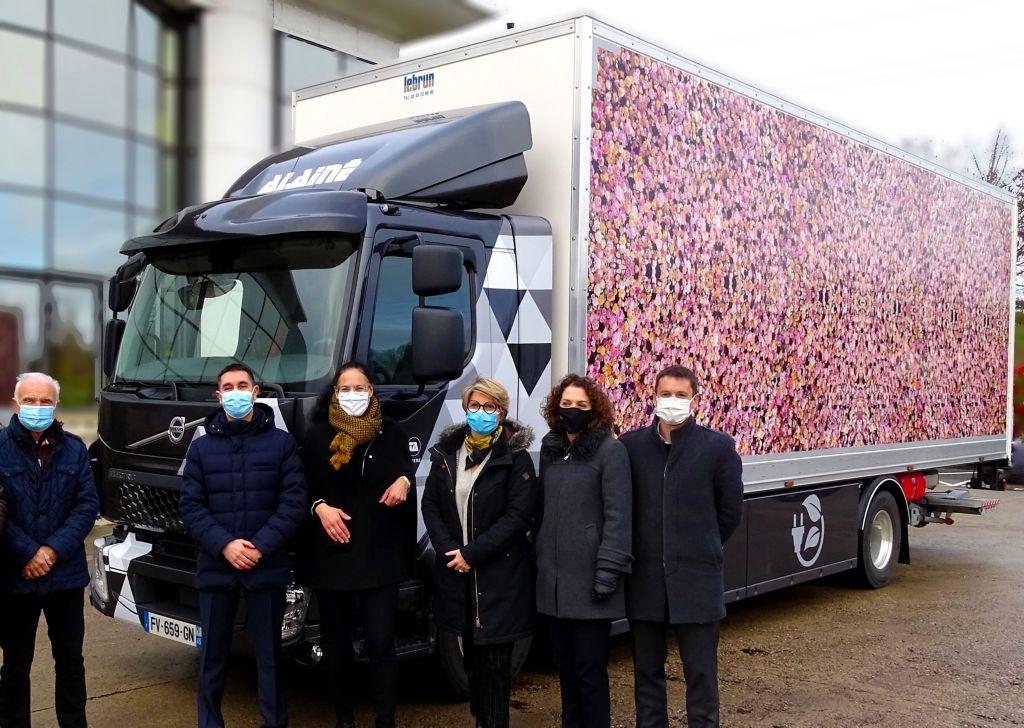 Les représentant de Parfums Christian Dior, du Groupe ALAINE et de Volvo Trucks lors de la livraison