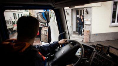 Lastbilsförare vid ratten på en Volvo FL