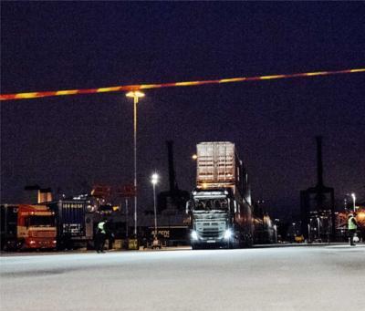 De containertrein nadert de finish op 100 meter van het startpunt.