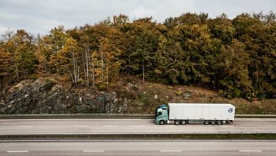 Volvo FH en las carreteras del bosque