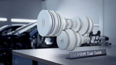 Sistemul inovator I-Shift cu ambreiaj dublu oferă funcționare fluidă și fără pierderi de putere în timpul schimbării treptelor de viteză.