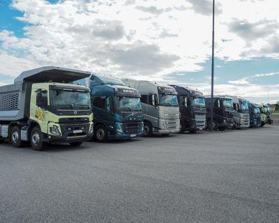 En sjåfør i førerhuset til nye Volvo FH på en havn