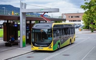 Elektrisk buss på ladestasjon