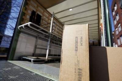 Oegema Transport rijdt voor een Zweedse meubelgigant door woonwijken in Zwolle en Meppel.