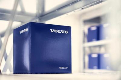 Una caja de repuestos genuinos Volvo azul en un estante