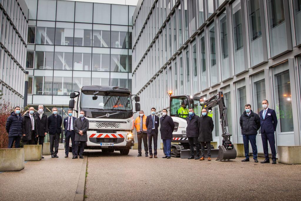 Volvo Trucks et Volvo Construction Equipment livrent leurs premières commandes électriques signées en France avec Eiffage Génie Civil.