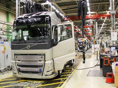 Début de la production en série de la nouvelle génération de camions lourds de Volvo Trucks à l'usine en Suède