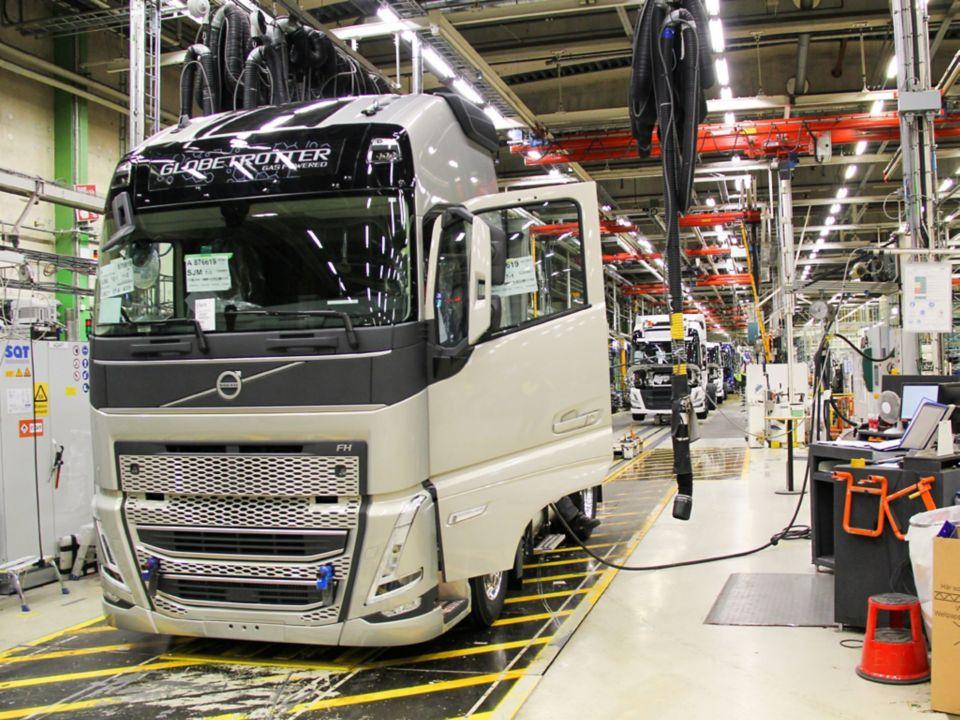 Volvo Trucks rozpoczyna seryjną produkcję nowej generacji samochodów ciężarowych o dużej ładowności