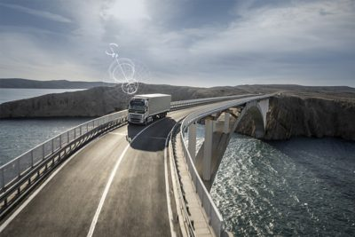 En Volvo-lastbil med fjernforbindelse krydser en bro på et fjerntliggende sted