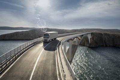 Yhdistetty Volvon kuorma-auto ajaa sillan yli syrjäisessä paikassa