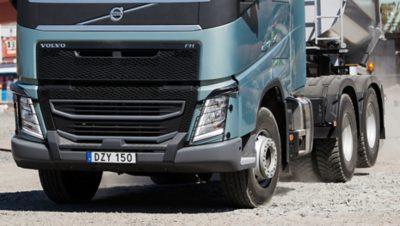 Vista frontal del Volvo FH con el eje tándem levantado