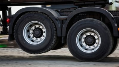 Volvo FH tandem axle lift wheel sideview