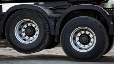 Volvo FMX tandem axle lift wheels sideview