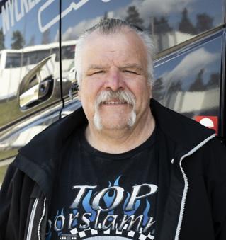 Tomas Claesson, kör flisbil, dragbil och grusbil. Trevligt med seminarium, får lära sig lite nytt om utveclking av bilar och bränsle m.m. Får prova nya lastbilar.
