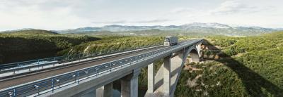 A gázüzemű teherautók csökkentik a károsanyag-kibocsátást és az üzemanyagköltségeket.