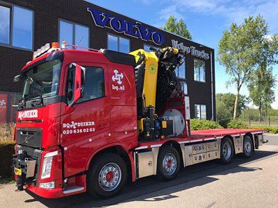 De nieuwe Volvo FH van BQ Duiker, uitgevoerd als 8x2 TAG-XL met een GVW van 41,5 ton en een volledig elektrisch aangedreven kraan.