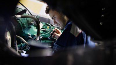 Volvo FMX uptime flashlight mechanic