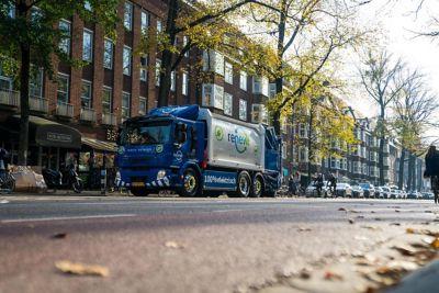 Eerste in serie geproduceerde zware elektrische truck rijdt in Amsterdam voor Renewi
