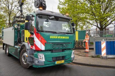 Vakmedianet Foto-opdracht 7895t.b.v. BouwmachinesFoto: Vrijbloed heeft een nieuwe,elektrische vrachtauto van Volvo.Chauffeur Tom Zoomer rijdt voor Dura Vermeer.Archief nummer CSF210081