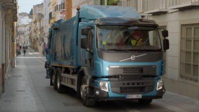 O Volvo FE leva-o por ruas estreitas da cidade sem qualquer problema