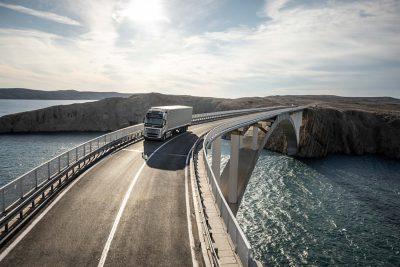 Explore as características que tornam o Volvo FH adequado aos seus desafios.
