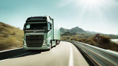 Tractor Volvo FH en la carretera