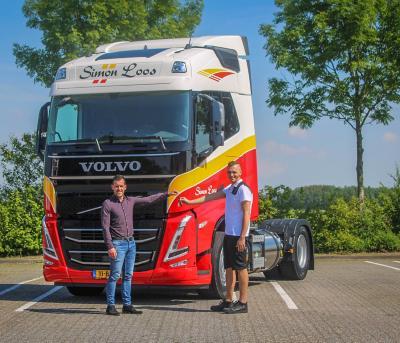 Gerwin Davelaar van Volvo Trucks Nederland overhandigt de sleutels aan chauffeur Michael Smits