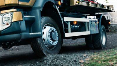 Vue latérale plus basse du Volvo FL 4x4