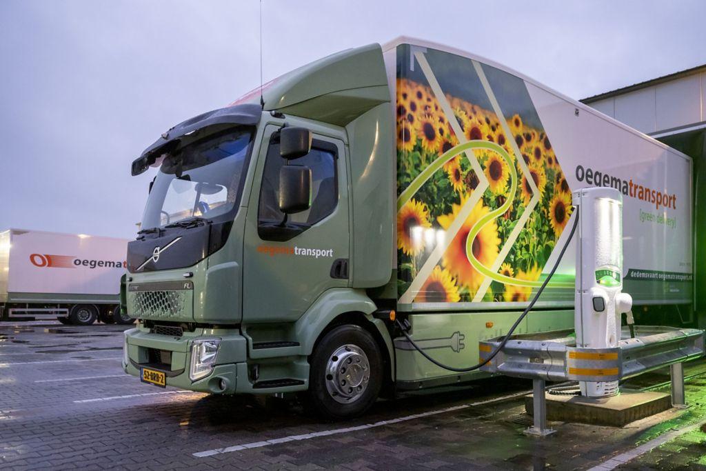Hoe gaat het opladen en bijladen van een elektrische truck?
