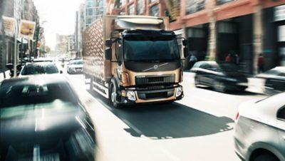 O Volvo FL leva-o por ruas estreitas da cidade sem qualquer problema