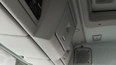 Volvo FL mit zwei Staufächern über der Windschutzscheibe