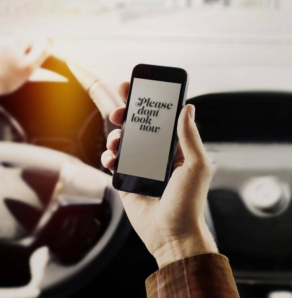 Schade veroorzaakt tijdens het rijden met mobiele telefoon in de hand (dus ook bij appen of bellen): gedekt of niet?