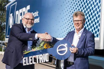 El primer Volvo FM Electric fue entregado por Roger Alm, Presidente de Volvo Trucks (derecha), a DFDS en agosto. La entrega de los 100 camiones adicionales comenzará en el cuarto trimestre del 2022.