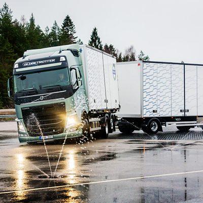 Усъвършенствана спирачна функция за подобряване на стабилността на композицията от Volvo Trucks