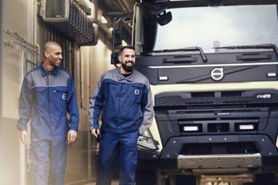 Un camion Volvo en cours d'entretien