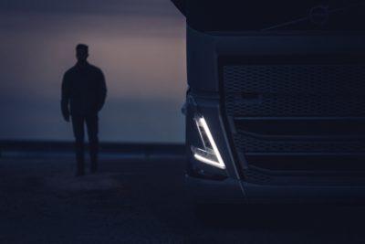 V-formet kørelys på Volvo-lastbil